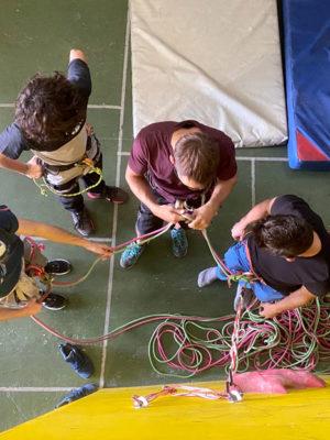 bautismo de escalada en grupo en rocódromo Cuenca