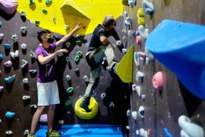 escuelas de escalada de roco a roca con monitores en rocódromo